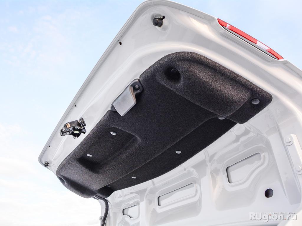 Крышка багажника отделана