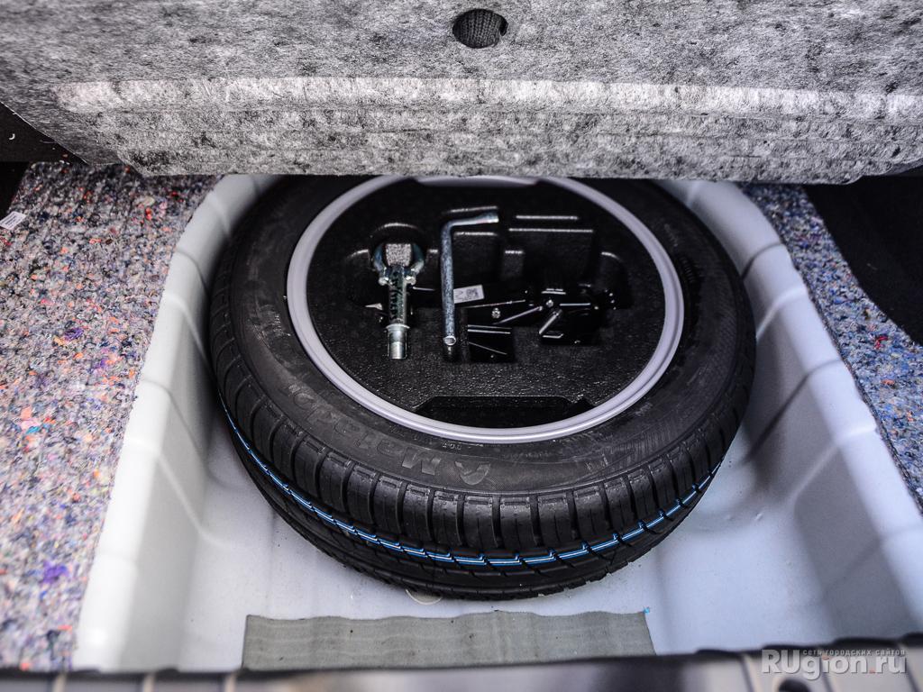 Полноразмерное запасное колесо. Обратите внимание на пышный слой шумоизоляции.